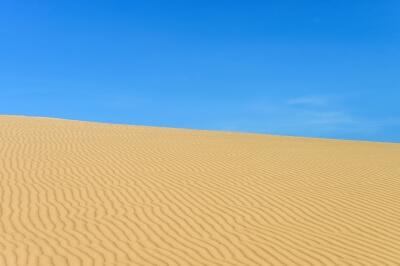 Puščava in modro nebo